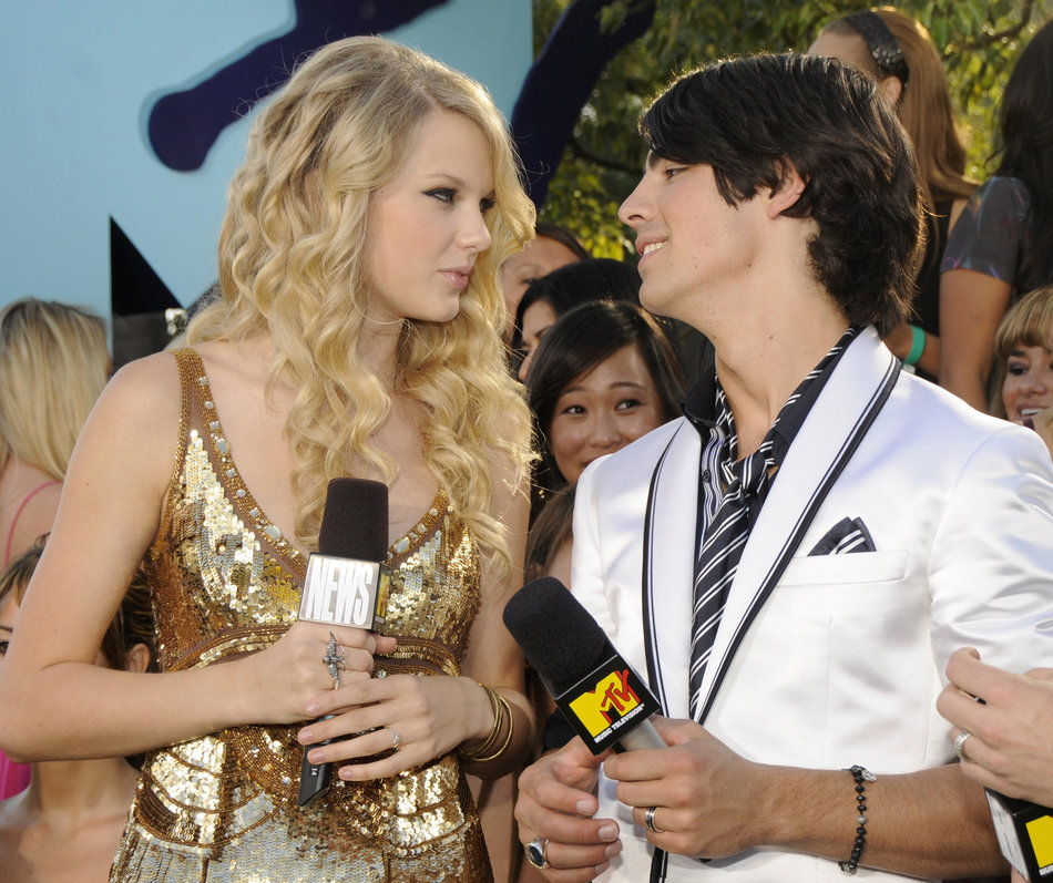 LOS ANGELES, CA - SEPTEMBER 07: Taylor Swift and Joe Jonas arrive on the red carpet of the 2008 MTV Video Music Awards at Paramount Pictures Studios on September 7, 2008 in Los Angeles, California. (Photo by Kevin Mazur/WireImage)
